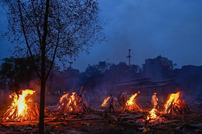 印度每天有上1000人疫殁,几乎24小时都有遗体在露天焚烧。(法新社)