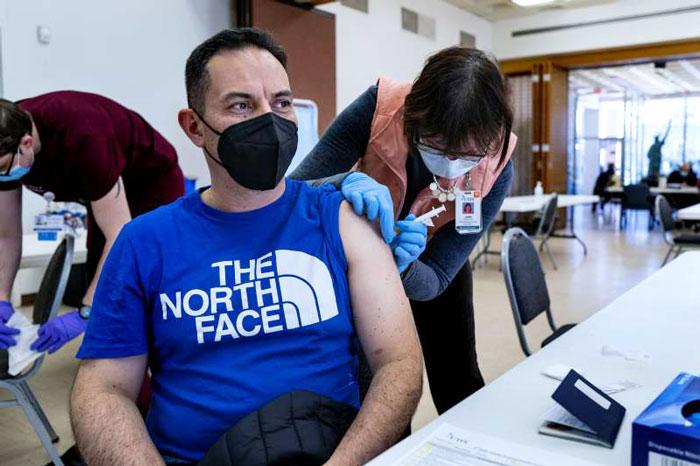 美国纽约民众接种新冠疫苗。