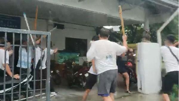 两批人马在住家前互殴,场面火爆。