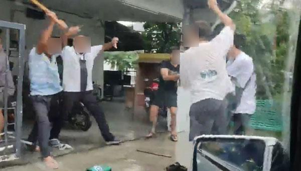 有民众将殴斗过程拍下后,上传网络,引起热议。