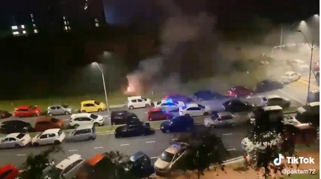 当地居民在空地处燃放烟花,庆祝开斋节。