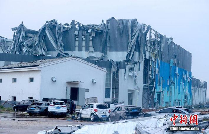 在建工地厂房屋顶被大面积掀翻。