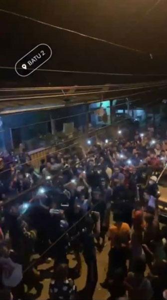 一群青年在空地群集示威,抗议以色列侵略巴勒斯坦。