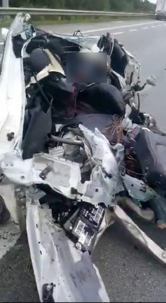 轿车在意外后毁如废铁。