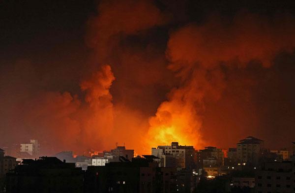 以色列军队周日对加萨市多个目标展开空袭,现场浓烟滚滚。(法新社)