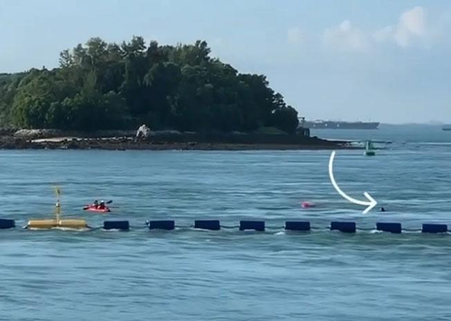 一名女子在划皮艇时落水,头部探出水面求助。(视频截图)