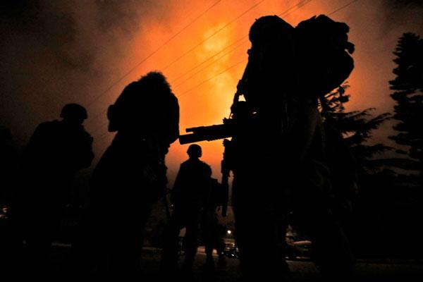 以色列14日晚遭黎巴嫩发射火箭后,以军开炮还火。(法新社)