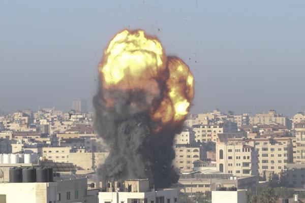 加萨遭以色列空袭后冒出黑烟。(法新社)