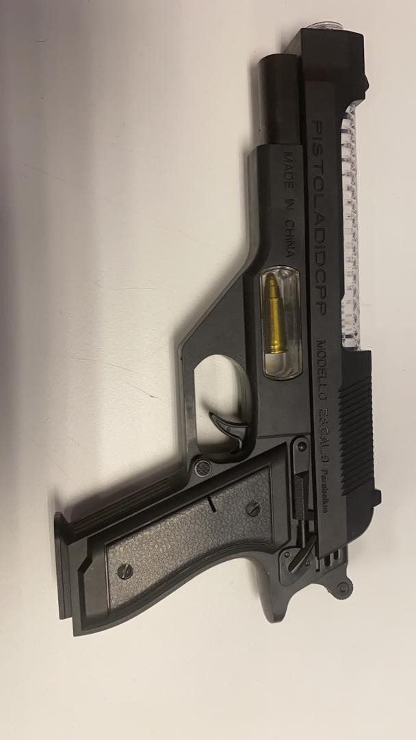 仿真枪和子弹被警方充公和扣查。