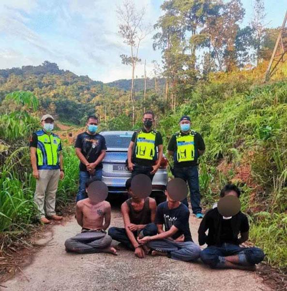 警方于周四下午在扣留中心外的树丛,逮获4名逃犯。