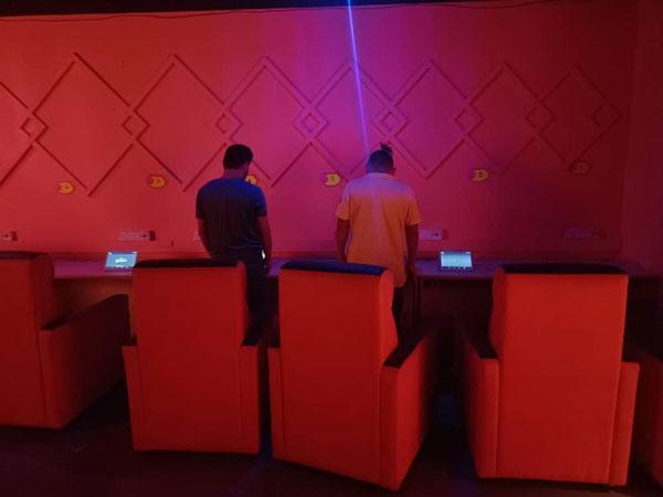 警方逮捕2名赌客,进一步调查。