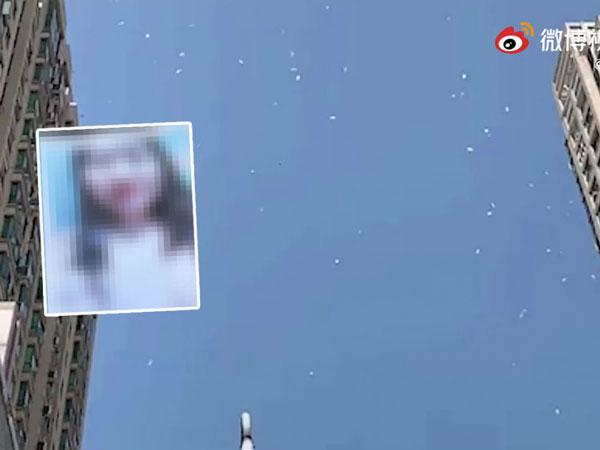 湖北有人在商场附近高空撒裸照,引来网民各种猜测。