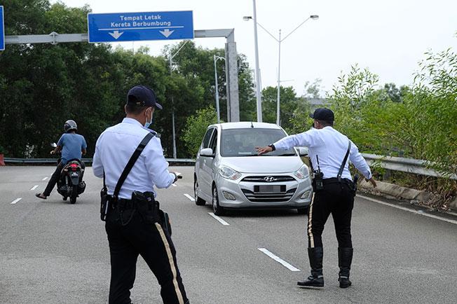 交警拦下反方向驾驶的车主。