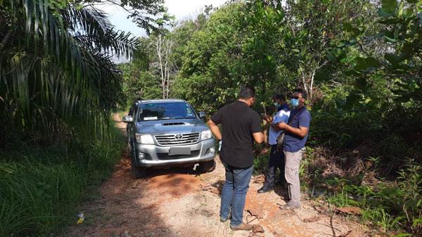 巡逻警员在奥桥岭某油棕园内发现死者遗体。