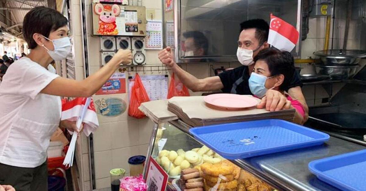 杨莉明(左)说,政府将为小贩们提供更多帮助,协助他们加入送餐平台。(档案照)