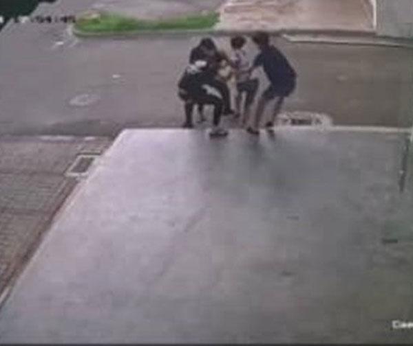 3男用暴力強擄年輕男子上車離去。