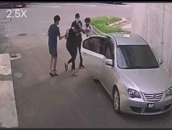 一輛轎車在小巷接應,男子被逼上轎車。(圖截取自視頻)
