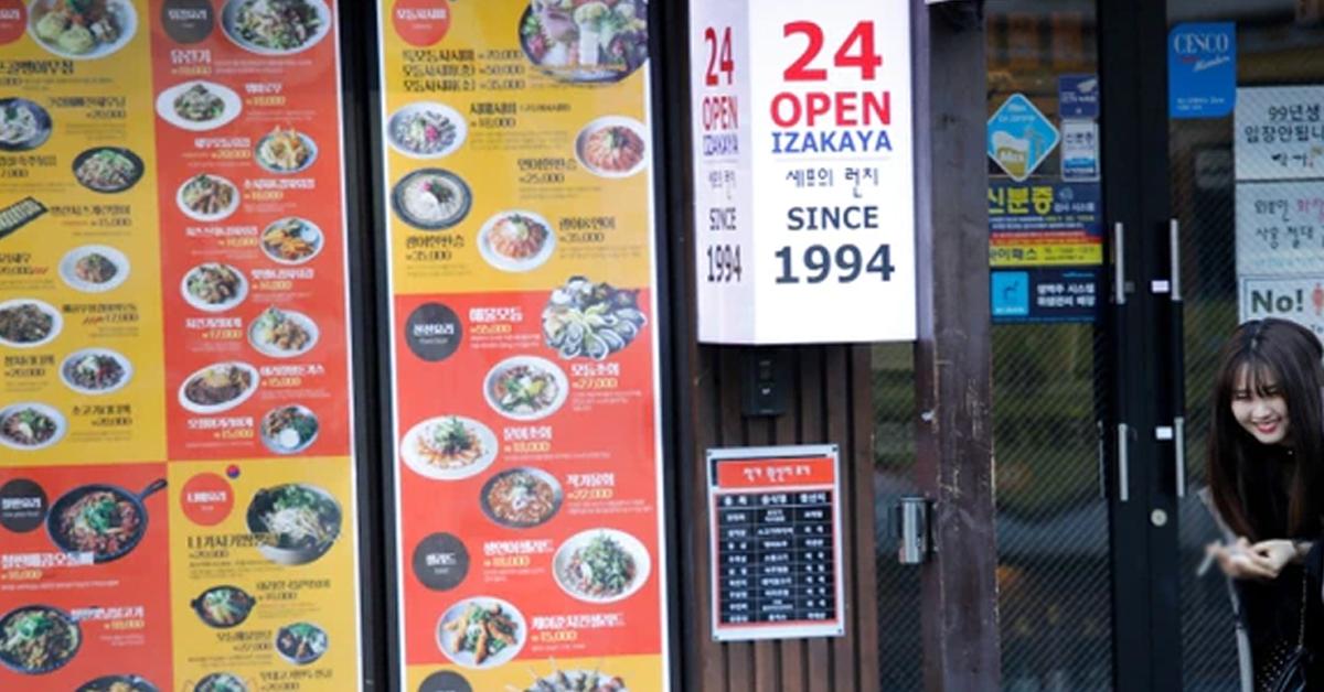 民众在首尔一间24小时营业的餐厅外聊天。