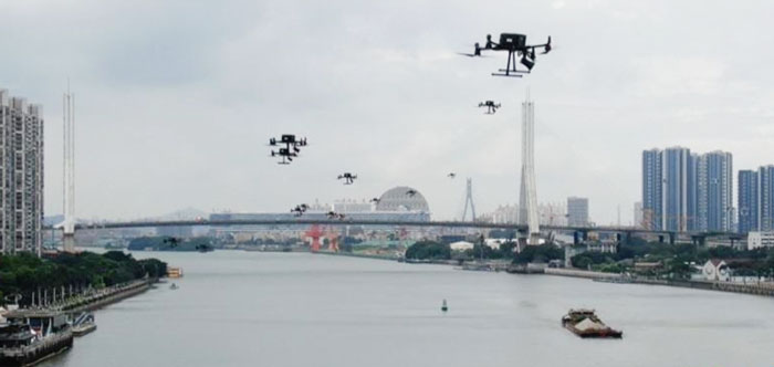无人机不断高空喊话,提醒人们戴好口罩。