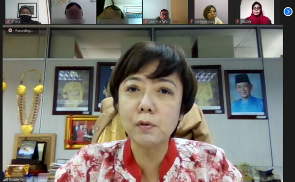 谭婆婆和李妈妈的家属,与陈丽群召开视讯会议,寻求谘询。