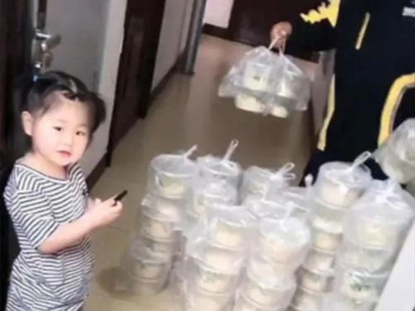 外卖员上上下下跑了七八趟送上13楼。2岁女孩还在旁边拿着手机对镜头笑。