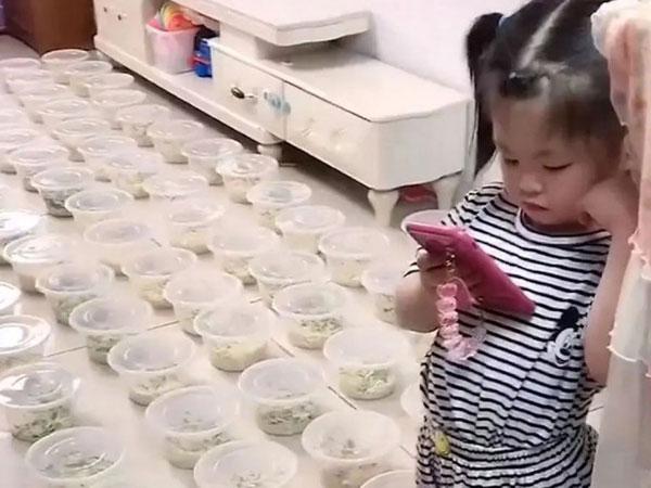 女童叫外卖,误点100碗面,放满客厅。