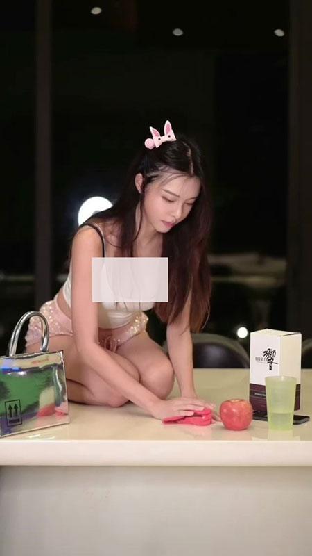 李元玲在新视频中扮猫。