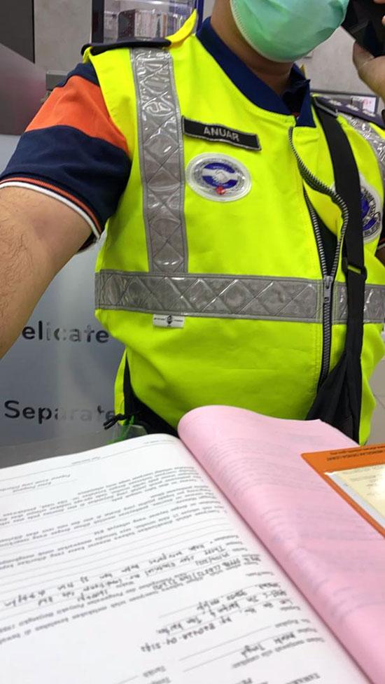 林慧慧在警员开出罚单前拍下了照片。(图由谢守钦提供)