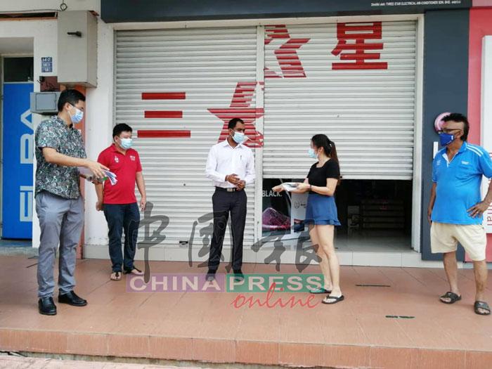 马登(左3起)向林慧慧解说罚单内容。左起谢守钦、张文杰和林千鑫(右)。