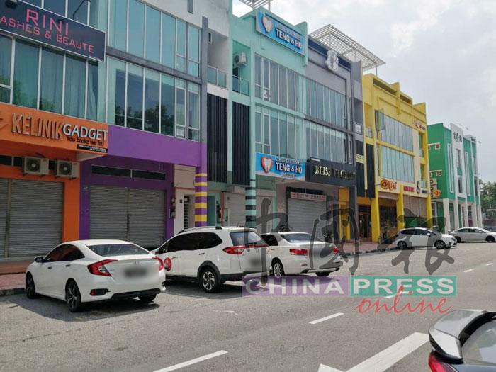警方周六到市区慕塞商业区,对一家电器店开罚单。
