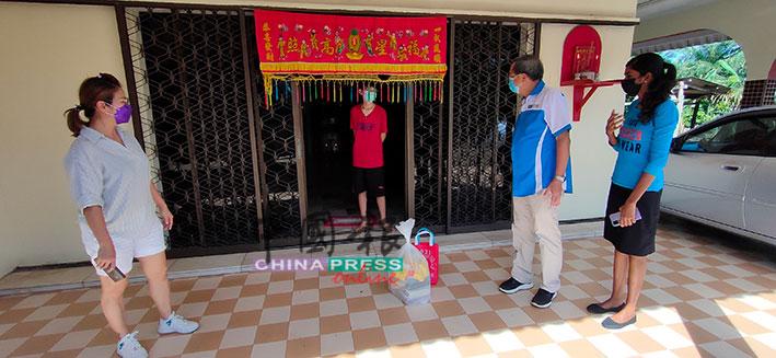 陈凤兰(左)和叶朝政(右2)向武吉不兰律益侨学校路确诊的华裔家庭送上物资和慰问。