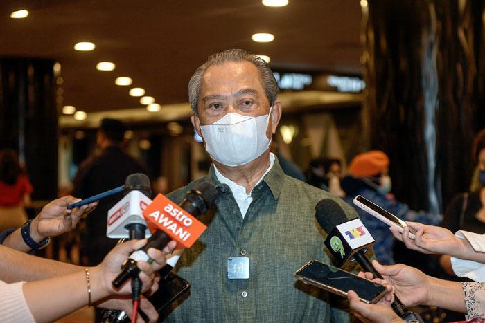 慕尤丁巡视双威会展中心的疫苗接种中心后,接受媒体访问。