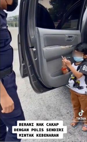 """""""我可以回乡见爷爷奶奶吗?"""" 警察叔叔回应 男童爆哭"""