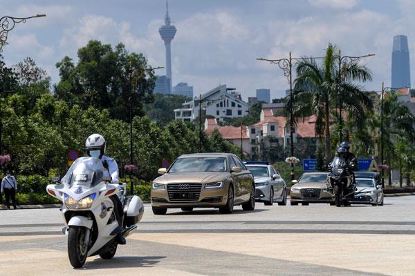 陛下乘坐的官车,抵达国家王宫准备出席下午的马来统治者理事会特别会议。