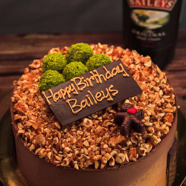 "<span style=""color: #ff6600;""><strong>百利甜酒巧克力</strong></span> 浓郁的比利时黑巧克力慕丝注入了百利甜酒,入口带有酒精的奶香味,再加上百利甜酒巧克力海绵蛋糕和脆口的焦糖榛果铺面,还有5颗威士忌球在上面做装饰,会是一个让人微醺的午后。"