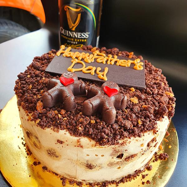 "<span style=""color: #ff6600;""><strong>黑狗啤雪糕蛋糕</strong></span> 配合父亲节推出的黑狗啤雪糕蛋糕内容以黑狗啤雪糕、黑狗啤巧克力慕丝为主,底层是Lotus Biscoff饼干,上层是巧克力碎粒,为顺滑、冰冷的蛋糕带来香脆口感。"