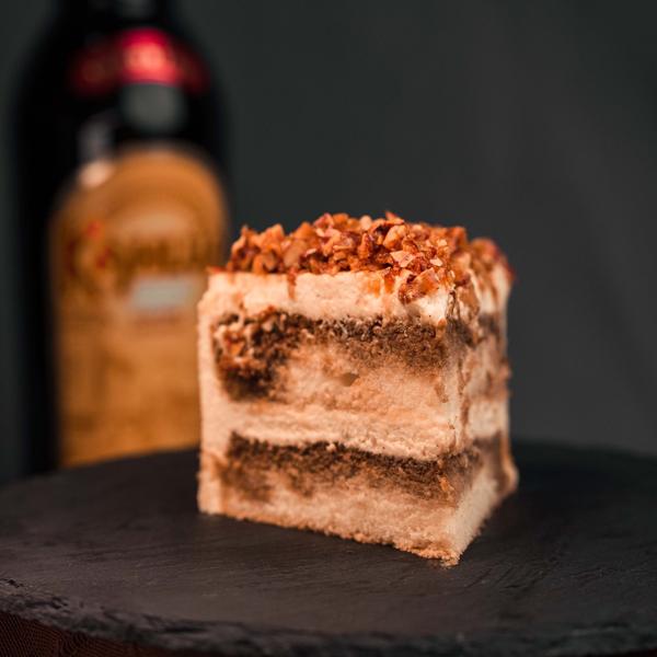 """<span style=""""color: #ff6600;""""><strong>卡鲁哇提拉米苏</strong></span> 传统的提拉米苏蛋糕就应该要有咖啡酒这玩意儿,然后再加上马斯卡彭芝士、海绵蛋糕、巧克力粉等,吃到嘴里有香、滑、甜、腻、柔和中带有质感的变化。"""