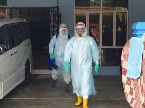 消毒队伍出队时,陈文祥(右)也会协助消毒工作,一起分担队友的消毒工作。