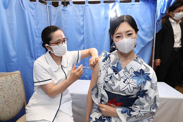 兵库县神户一名女子周一接种新冠肺炎疫苗。(法新社)