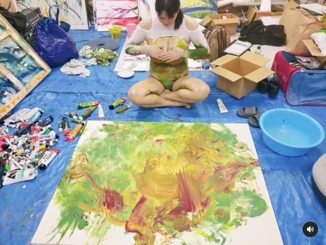 将油画颜料涂抹在胸部。