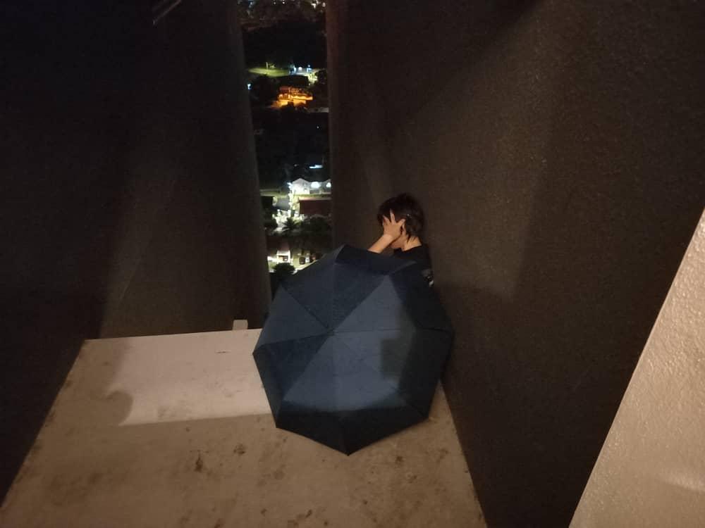 女子危坐在公寓高楼墙外企图自杀。