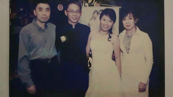 林顺福夫妇(左一及右一)于多年前在Darren夫妇结婚晚宴合影,说明了Darren追随林顺福已多年。