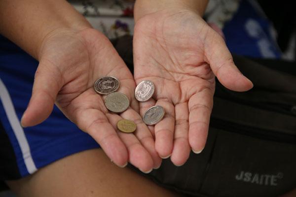 """林桂音被""""詹姆斯""""骗走辛苦存下的棺材本,如今只剩下剩1元15分。"""