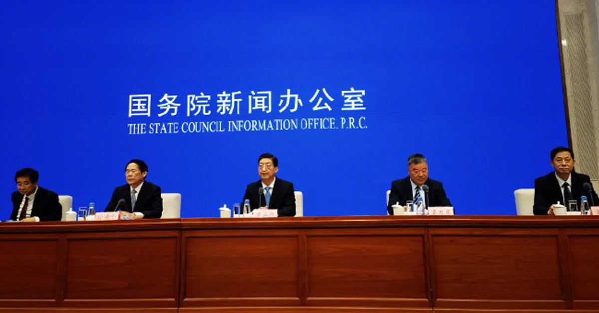 中国卫健委副主任曾益新(中),在周四举行的国新办新闻发布会上表示,中国不接受世卫组织病毒溯源第二阶段计划。(新华社)