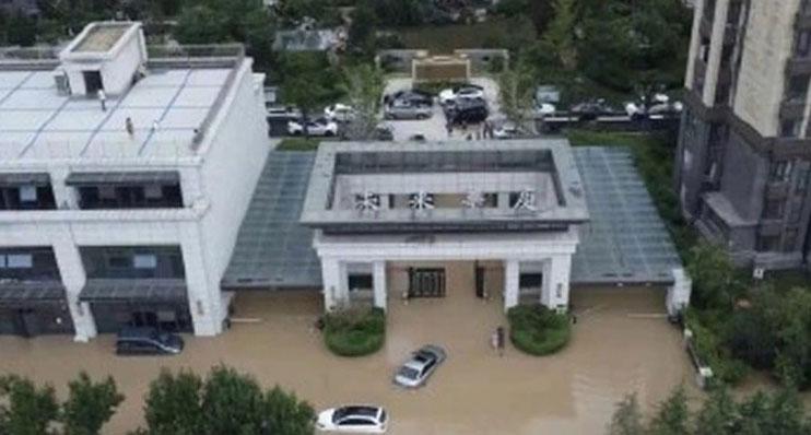 郑州未来华庭社区在暴雨后成孤岛。
