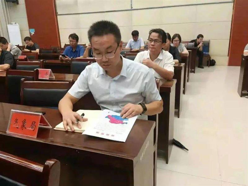 巩义市的气象局长赵建彪。