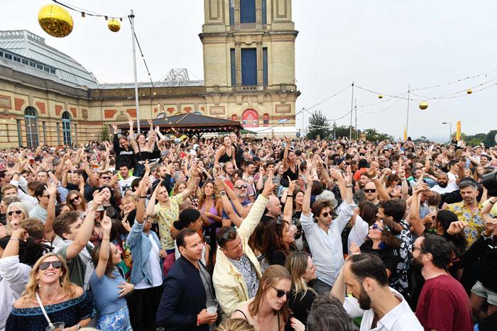周六在伦敦,大批民众出席音乐节。(法新社)