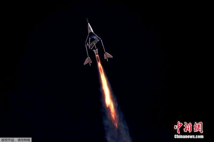 """英国维珍银河公司创始人布兰森,7月11日搭乘自家太空船上太空一游后,平安返回地球,并称这次飞行是""""毕生难忘的经历""""。图为太空船升空。(中新网)"""