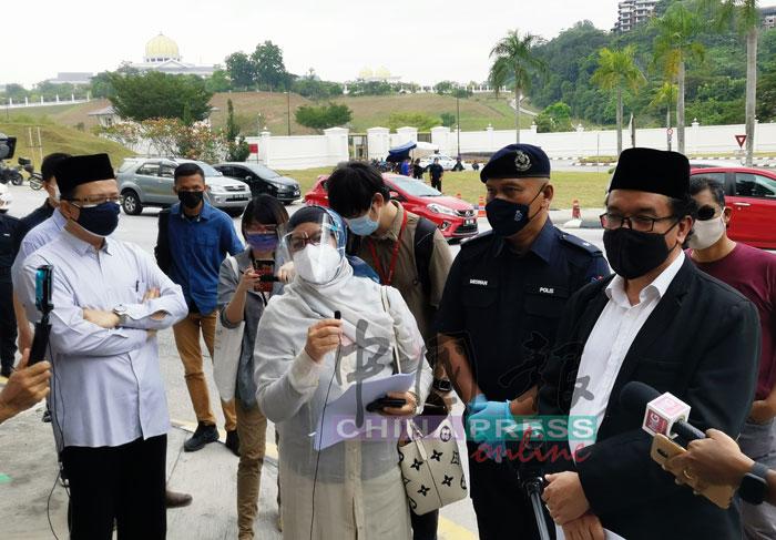 慕斯达法曼梳(前排右起)及麦萨金特,吁请国家元首革除包括慕尤丁及依斯迈沙比里在内的10名高官。