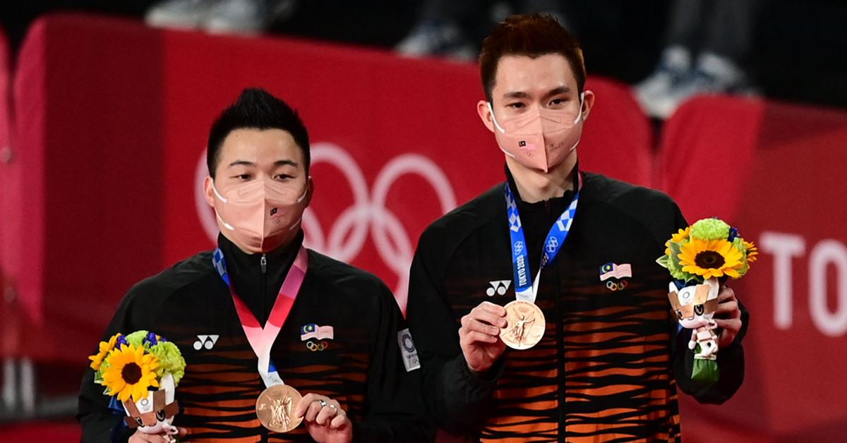 谢定峰(左)与苏伟译,赢得马来西亚在东京奥运首枚奖牌、铜牌。(法新社)